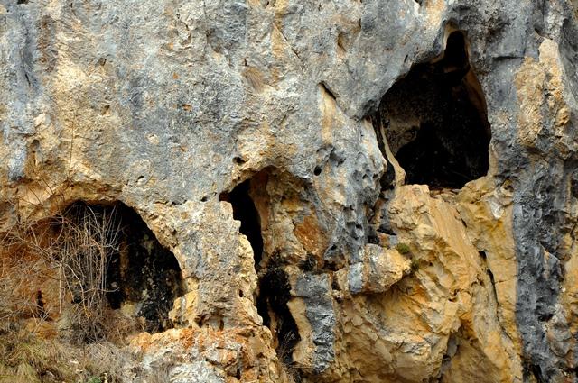 Spărturi, în pereții Vânătarelor Ponorului / Sursa foto: Florian-Rareș Tileagă