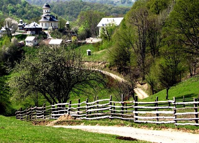 Mănăstirea Afteia, privită din drum / Sursa foto: Florian-Rareș Tileagă