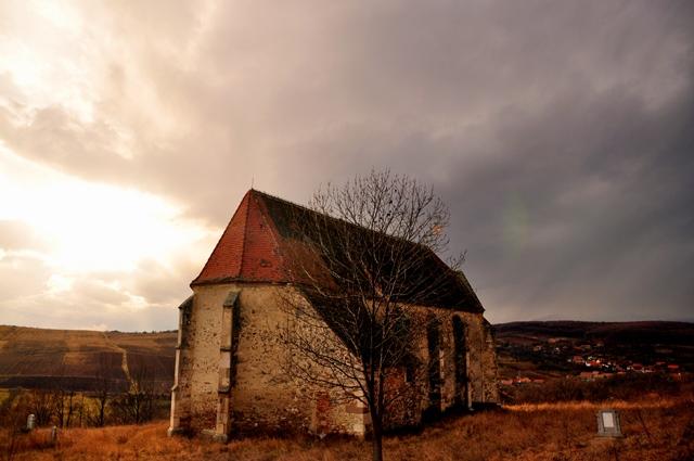 Exteriorul bisericii din Vingard, într-o ipostază de toamnă târzie / Sursa foto: Florian-Rareș Tileagă