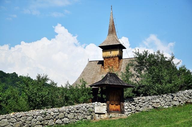 Piatră și lemn, la Sub Piatră / Sursa foto: Florian-Rareș Tileagă