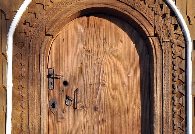 Poartă de lemn, la biserica din Lăzești / Sursa foto: Florian-Rareș Tileagă
