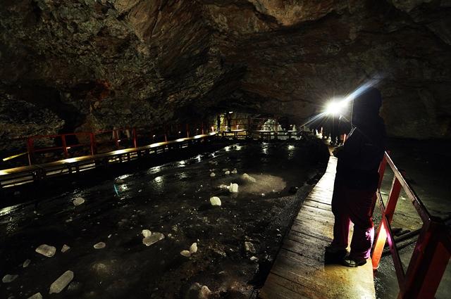 Turiști, pe culoarul amenajat din peșteră / Sursa foto: Florian-Rareș Tileagă